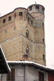 Serralunga slott: stärkt väggar och torn moder två för färgdotterbild arkivfoto