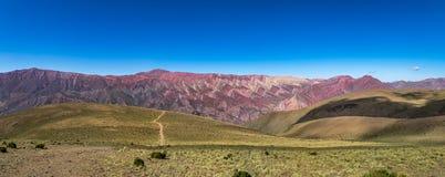 Serrania de Hornocal, den fjorton färgkullen på Quebrada de Humahuaca - Humahuaca, Jujuy, Argentina arkivfoto