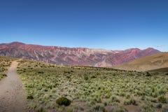 Serrania de Hornocal, den fjorton färgkullen på Quebrada de Humahuaca - Humahuaca, Jujuy, Argentina royaltyfri foto
