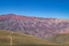 Serrania de Hornocal, den fjorton färgkullen på Quebrada de Humahuaca - Humahuaca, Jujuy, Argentina royaltyfria foton