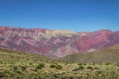 Serrania de Hornocal, den fjorton färgkullen på Quebrada de Humahuaca - Humahuaca, Jujuy, Argentina fotografering för bildbyråer