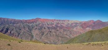 Serrania de Hornocal, den fjorton färgkullen på Quebrada de Humahuaca - Humahuaca, Jujuy, Argentina royaltyfria bilder