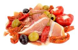 Serrano affettato Ham With Olives And Peppers Fotografia Stock