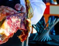Serrano de découpage en tranches professionnel de jamon, jambon espagnol traditionnel Photographie stock