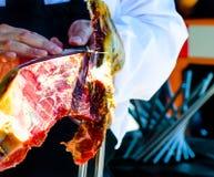 Serrano de découpage en tranches professionnel de jamon, jambon espagnol traditionnel Photos libres de droits