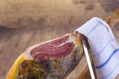 Serrano de Jamon Fin espagnole traditionnelle de jambon  Séchez le fond en bois traité de porc vintage espagnol de jambon de vieu Photographie stock libre de droits