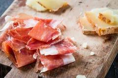 Serrano espagnol de jamon de jambon ou crudo italien de prosciutto et toscano italien découpé en tranches de pecorino fromage à p Photo stock