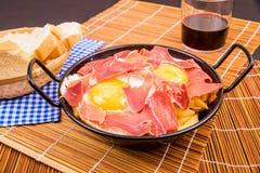 Serrano skinka med ägg Arkivbild