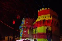 Serranos塔,巴伦西亚 托里斯de塞拉诺骗局la bandera de巴伦西亚durante la Crida de las法里亚斯 免版税图库摄影