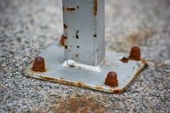 Serrato alla colonna di pietra fotografia stock