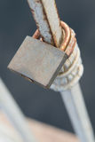 Serratura arrugginita del metallo di vecchio stato Immagini Stock