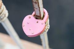 Serratura arrugginita del metallo di vecchio stato Cuore di forma Fotografia Stock Libera da Diritti