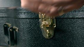 Serratura della cassa della chitarra di apertura della mano Concetto di prestazione o di inizio 4K si chiudono sul video archivi video