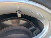 Serratura di coperchio della valvola dell'aria del pneumatico dell'automobile fotografia stock libera da diritti