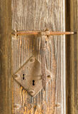 Serratura di porta arrugginita antica su legname Fotografia Stock Libera da Diritti