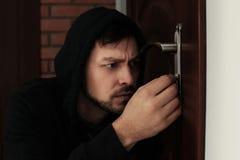 Serratura di porta di raccolto dell'uomo da rompersi nella casa fotografia stock libera da diritti