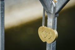 Serratura dorata sotto forma di cuore Fotografia Stock Libera da Diritti