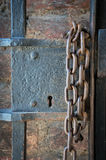 Serratura e catena del wioth del portone del metallo Immagine Stock Libera da Diritti
