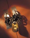 Serratura e catena sui doppi portelli fotografia stock libera da diritti