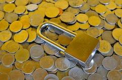 Serratura e monete Immagine Stock Libera da Diritti
