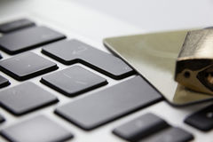 Serratura metallica con lo smart card sul computer portatile Fotografia Stock Libera da Diritti