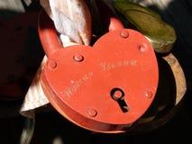 Serratura rossa degli amanti Fotografie Stock Libere da Diritti