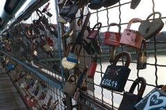 Serrature che appendono sul ponte Fotografie Stock