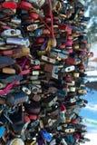 Serrature chiuse come simbolo della fedeltà al matrimonio fotografia stock libera da diritti