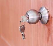 Serrature della manopola di porta con le chiavi fotografia stock libera da diritti