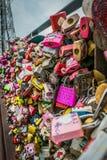 Serrature di amore, cerimonia chiave di amore alla torre di N Seoul fotografia stock libera da diritti
