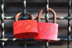 Serrature di amore colorate rosso Fotografia Stock Libera da Diritti