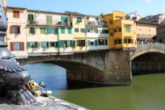 Serrature di amore lungo il Ponte Vecchio, Firenze Immagine Stock
