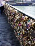 Serrature di amore Molti fissano il ponte Immagine Stock