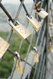 Serrature sulla rete fissa di catena-collegamento Fotografia Stock
