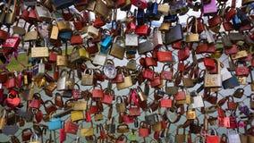 Serrature variopinte di amore a Salisburgo fotografie stock libere da diritti
