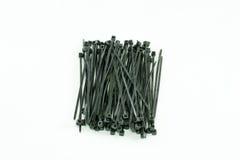 Serre-câble en plastique noir, sur le fond blanc d'isolement Photo stock