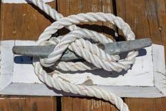 Serre-câble sur le dock en bois Photographie stock