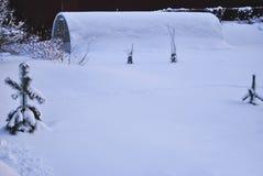 Serre chaude de polycarbonate en hiver sous la neige Photographie stock libre de droits