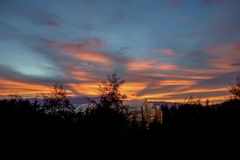 Serre di plastica al tramonto nelle Ande fotografia stock libera da diritti