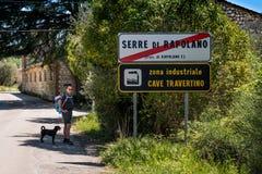 SERRE di RAPOLANO, TOSKANA, Italien - der Eingang zur Stadt Lizenzfreie Stockbilder