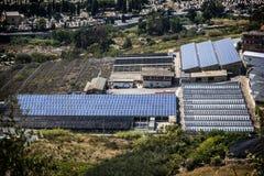 Serre en fabriek met zonnepanelen op dak Stock Fotografie