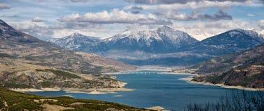Serre-Poncon湖在冬天 南阿尔卑斯山, Hautes Alpes,法国 免版税库存图片
