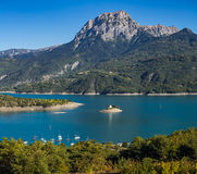 Serre Poncon jezioro z Uroczystym Morgon szczytem, Alps, Francja Fotografia Royalty Free