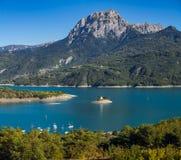 Serre Poncon sjö med det storslagna Morgon maximumet, fjällängar, Frankrike Royaltyfri Fotografi