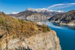Serre Poncon sjö och tusen dollar Morgon i vinter Fjällängar Frankrike Royaltyfri Bild