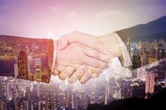 Serrer la main entre l'homme d'affaires et la femme d'affaires sur W images stock