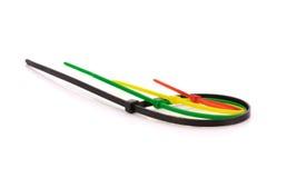 Serres-câble en nylon multicolores sur le fond blanc photographie stock