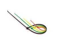 Serres-câble en nylon multicolores sur le fond blanc Photo libre de droits