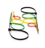 Serres-câble en nylon multicolores sur le fond blanc Images libres de droits