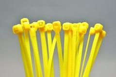 Serres-câble en plastique jaunes image stock